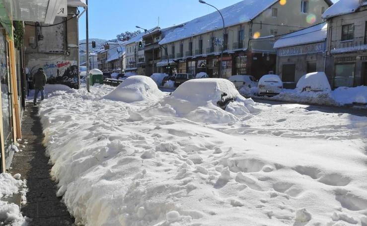 Toneladas de nieve cubren El Espinar (Segovia)