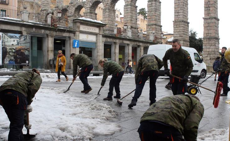 Los artilleros de Segovia despejan la nieve en los entornos del Acueducto