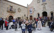 La villa ducal acoge la procesión del Niño Jesús de Praga