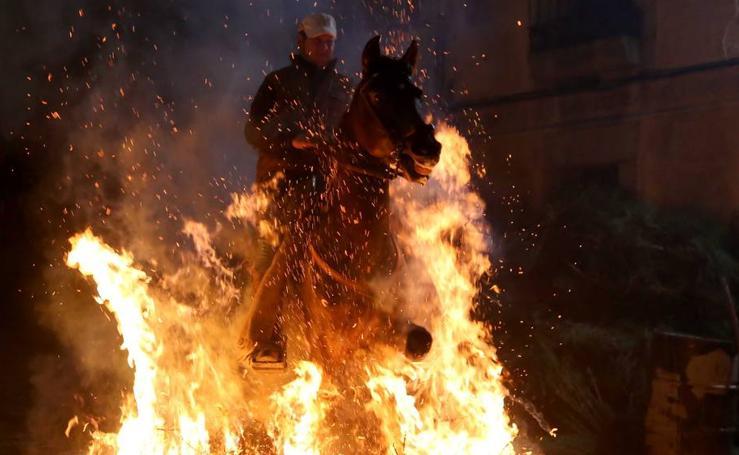 Noche de fuego en San Bartolomé de Pinares (Ávila)