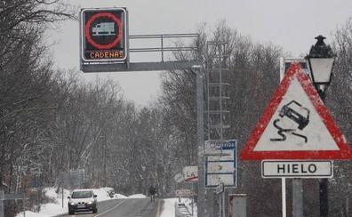 Cortada una carretera de Castilla y León por nieve, cadenas en otras dos y niebla en seis tramos