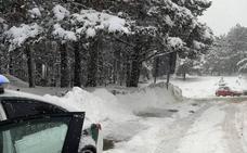 Complicado rescate de 150 personas atrapadas por la nieve en Navafría