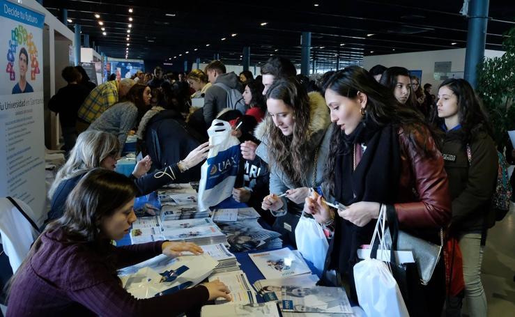Cientos de alumnos abarrotan el Salón de Orientación Universitaria Unitour en la Feria de Valladolid