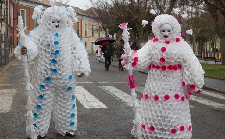 Los toresanos participan en su animado desfile de carnaval a pesar de la lluvia