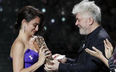 Penélope Cruz recibe el César de Honor del cine francés de manos de Almodóvar