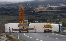 El vuelco de un camión cargado con tomates corta A-66 en Guijuelo
