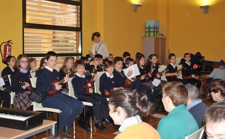 Alumnos del colegio Rafaela María de Valladolid ofrecieron un concierto didáctico de ukeleles en el Centro de Día Laguna de Fundación Personas