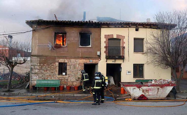 Las imágenes del incendio de la vivienda en Saldaña