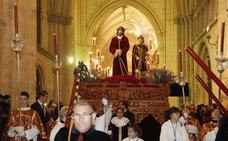 La lluvia obliga a procesionar al Cristo de la Sentencia en el interior de la catedral