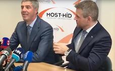 Al primer ministro eslovaco se le cae una papelina sospechosa