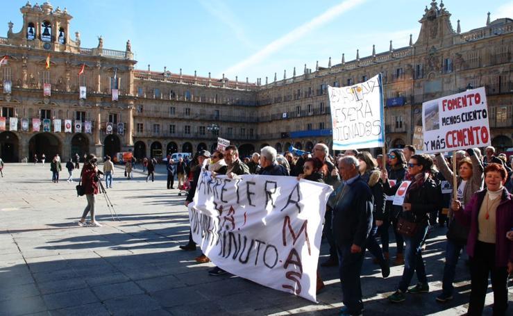 Manifestación de los vecinos de El Cerro por el cierre de la carretera de Peñacaballera