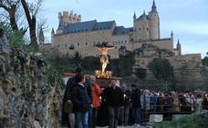 Más de 1.500 velas iluminan el vía crucis más místico en la huerta de los padres carmelitas