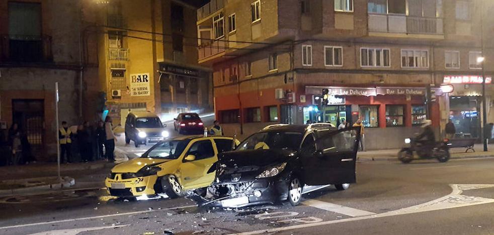 Una aparatosa colisión en la céntrica Vía Roma deja dos heridos