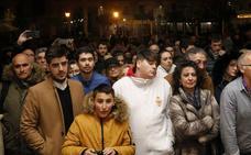 Los nazarenos contemplan a 'El Viejo' en su capilla