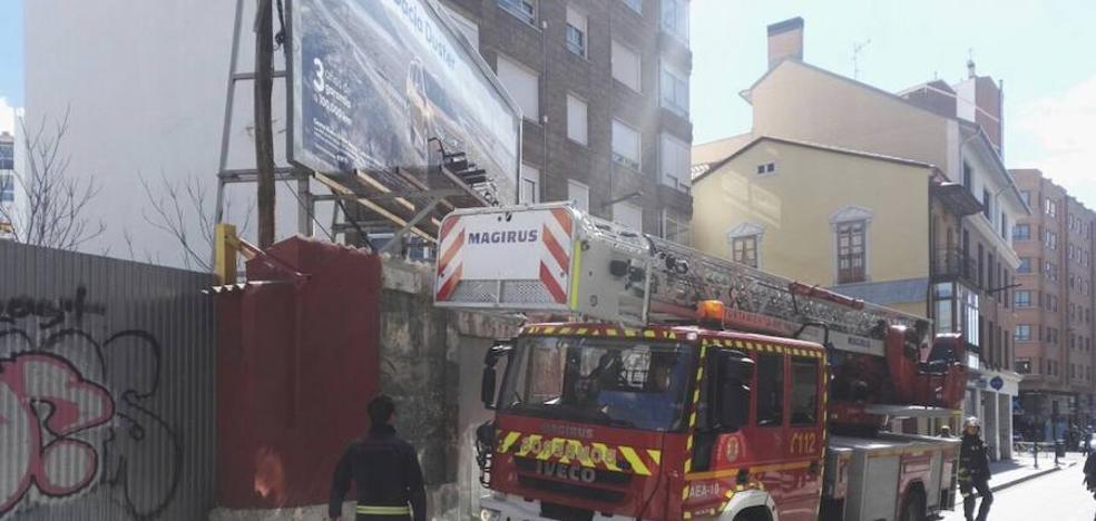 Los Bomberos de Valladolid retiran una silla de ruedas enganchada en una valla publicitaria