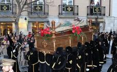 Centenares de fieles arropan al Cristo fallecido en la procesión del Santo Entierro