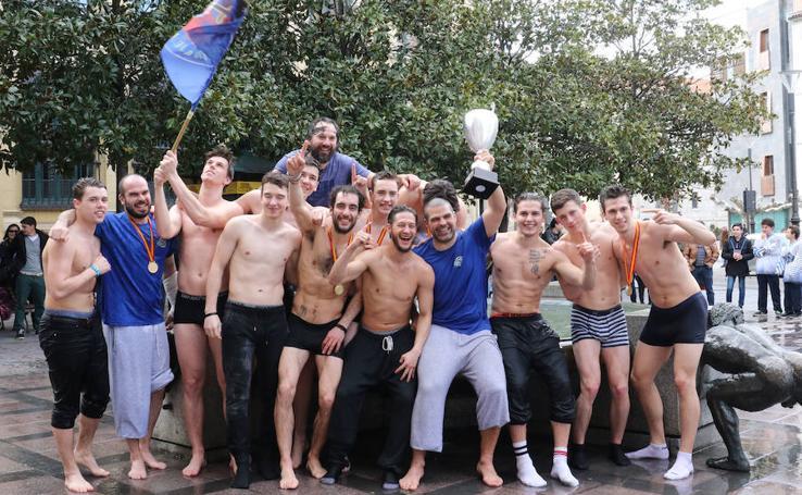 El CPLV celebra su Copa del Rey en la fuente de la Plaza de la Rinconada