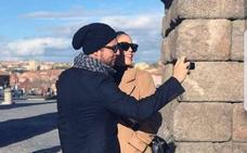 David Bisbal y Rosanna Zanetti se hacen un 'selfie' junto al Acueducto