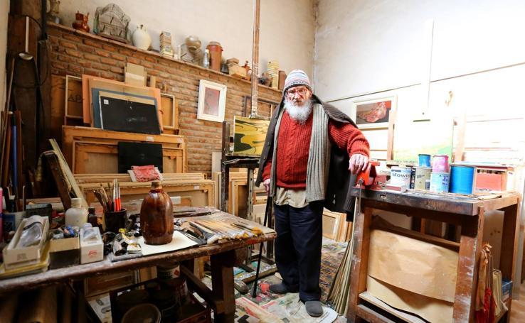 El pintor Félix Cuadrado Lomas, en su estudio de Simancas