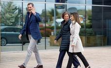 Los Reyes Felipe y Letizia y doña Sofía llegan juntos al hospital para ver a don Juan Carlos