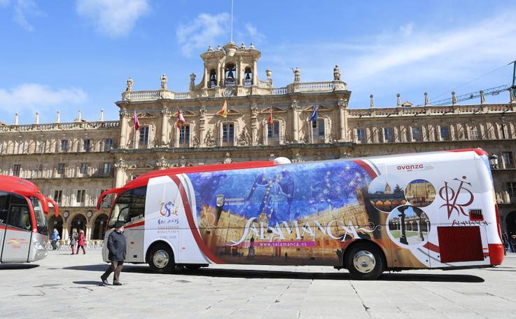 Presentación de los autobuses con la imagen promocional del VIII Centenario de la Universidad de Salamanca