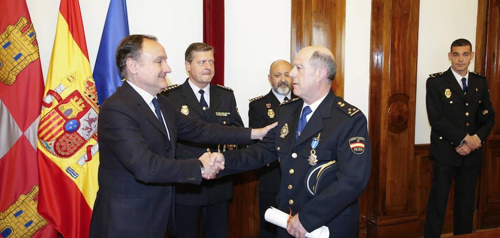 Dos agentes de la Policía Nacional ingresan en la Orden del Mérito Civil