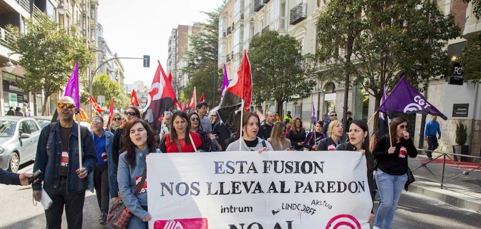 Más de 100 trabajadores de Lindorff protestan contra el ERE en Valladolid