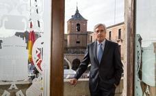 El alcalde de Ávila muestra su apoyo al teniente alcalde de Presidencia, Rubén Serrano, después de que el portavoz de Ciudadanos haya pedido su dimisión