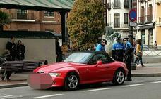 Sorprenden a una mujer de 87 años y a su hija en su BMW con ropa y cosméticos robados