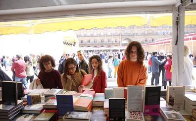 Los libros se audeñan de la Plaza Mayor salmantina