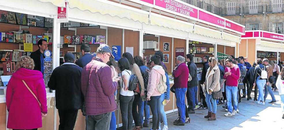 La Feria delLibro busca batir su récord de ventas tras una apertura llena de público
