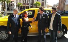 El consejero de Fomento entrega un vehículo 'pickup' a Rutas de Alba