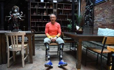 Un escalador amputado de ambas piernas corona el Everest