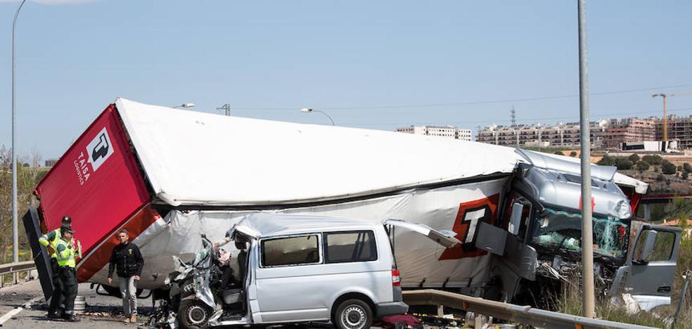 Tres miembros de la misma familia mueren en Soria tras chocar con un camión