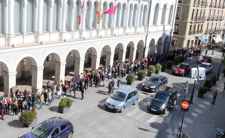 Larga cola en el Teatro Calderón para el 'casting' de la serie 'Magi' que se rodará en Valladolid