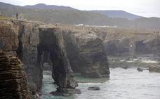 La Xunta pide el cierre de la playa de Las Catedrales para evitar riesgos