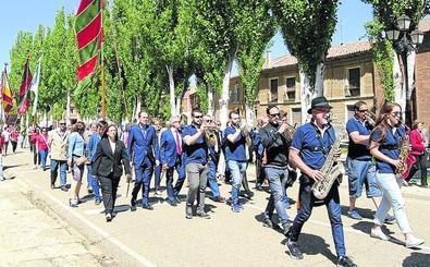 Un desfile de pendones honra a San Bernardino en Cuenca de Campos