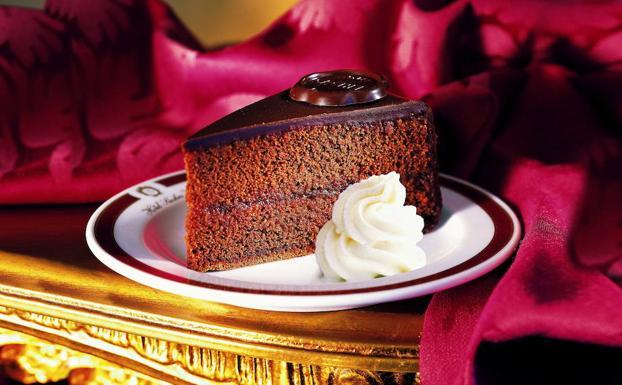 """Pezzo della famosa torta al cioccolato conosciuta come """"Sachertote""""."""