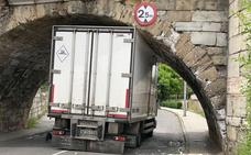 Un camión frigorífico se empotra en el puente de San Marcos de la capital