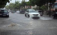 Una tromba de agua anega calles y garajes en Cuéllar