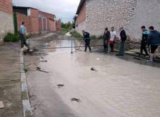 Las fuertes lluvias desbordan el arroyo que cruza el casco urbano de Vallelado