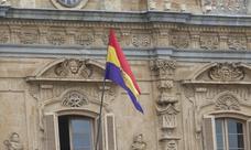 La bandera republicana ondea en el Ayuntamiento de Salamanca por la película de Amenábar
