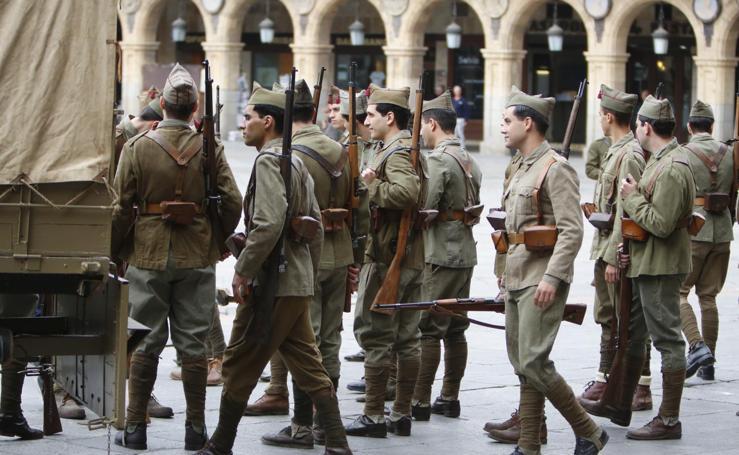 Las tropas nacionales toman la Plaza Mayor de Salamanca durante el rodaje de Amenábar