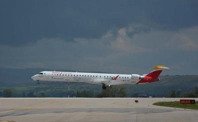El Aeropuerto de Villafría retoma la operativa de vuelos después de tres años