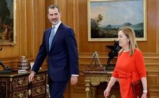 Un relevo relámpago: Ana Pastor informa al Rey