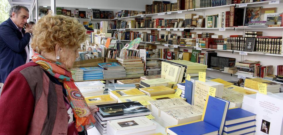 La Feria del Libro Antiguo llena de literatura el Parque del Salón de Palencia