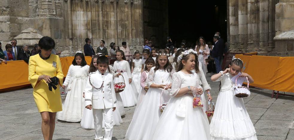 El Corpus Christi reúne a más de 300 niños en una procesión festiva