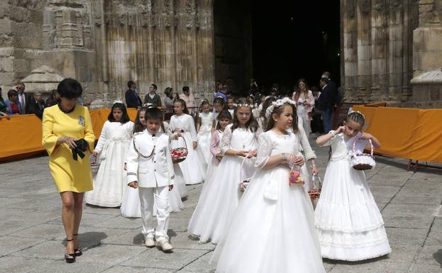 bfe5fe9fd01 Niños y niñas de comunión salen de la catedral para dar comienzo a la  procesión.