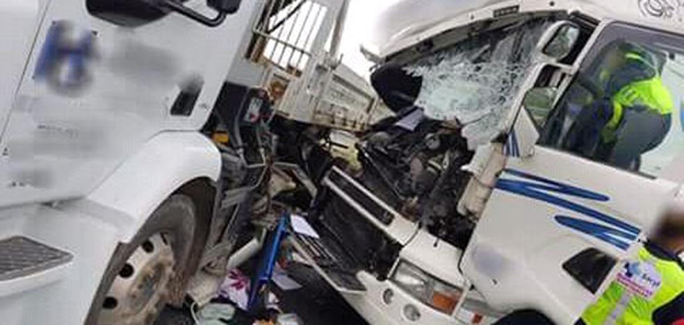 Un hombre resulta herido al colisionar dos camiones en la A-6 en las proximidades de Arévalo