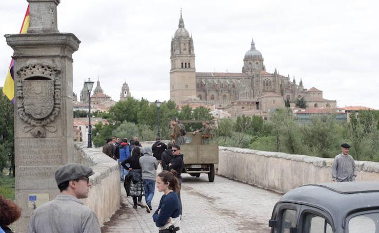 El rodaje de 'Mientras dure la Guerra' se traslada al Puente Romano de Salamanca